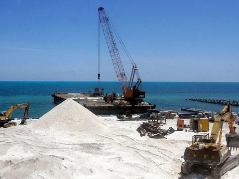 2008年7月23日,在东沙岛上看到一个码头的建筑工地。