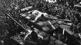 苏军1968年入侵捷克第一天遭遇的抗议人群。