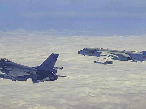 台湾军方派战机驱离闯入防空识别区中国军机。