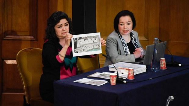 """2021 年 6 月 4 日,出庭作证的第一位证人是教师西迪克( Qelbinur Sidik) 在伦敦举行的第一次听证会上向""""维吾尔独立法庭""""(Uyghur Tribunal/UT)的小组展示了一张拘留营的照片。"""