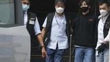 賢學思政成員王逸戰(右二)被警方逮捕。