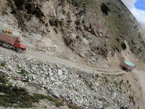 随着冬天降临,从普兰运送物资到Limi山谷的车辆。