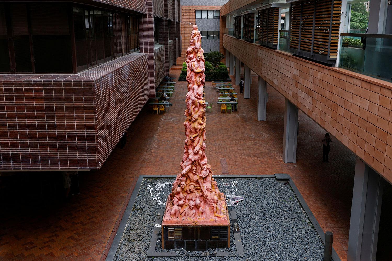 """高约7米的""""国殇之柱""""竖立在香港大学校园,由丹麦雕塑家高志活为纪念""""六四屠杀""""死难者而制作的雕像。(路透社)"""