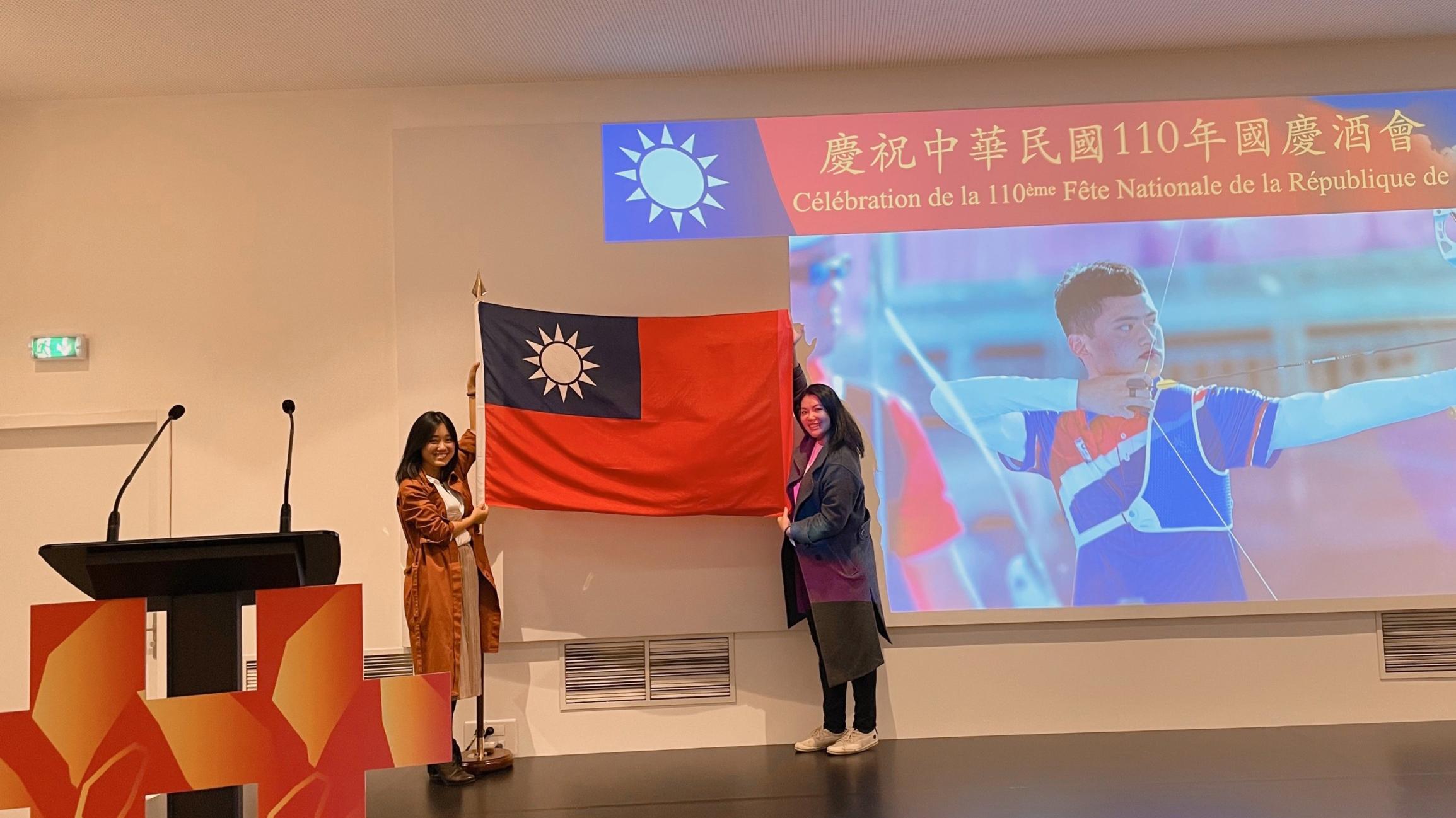 旅法侨胞自备国旗在会场舞台合影。(蔡凌提供)