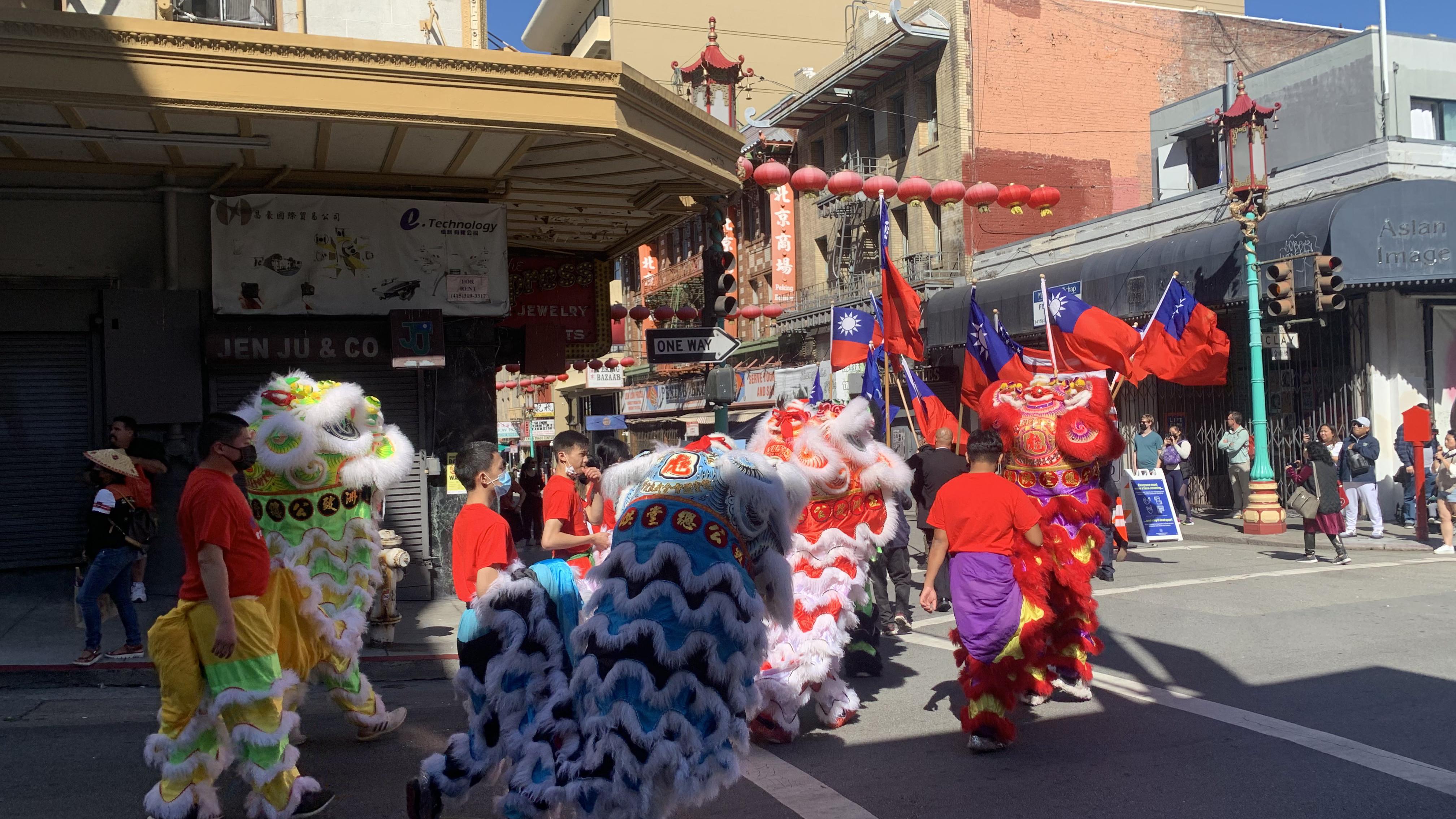2021年10月10日下午,庆祝双十节的游行队伍在旧金山街头行进。(孙诚拍摄,独家首发)