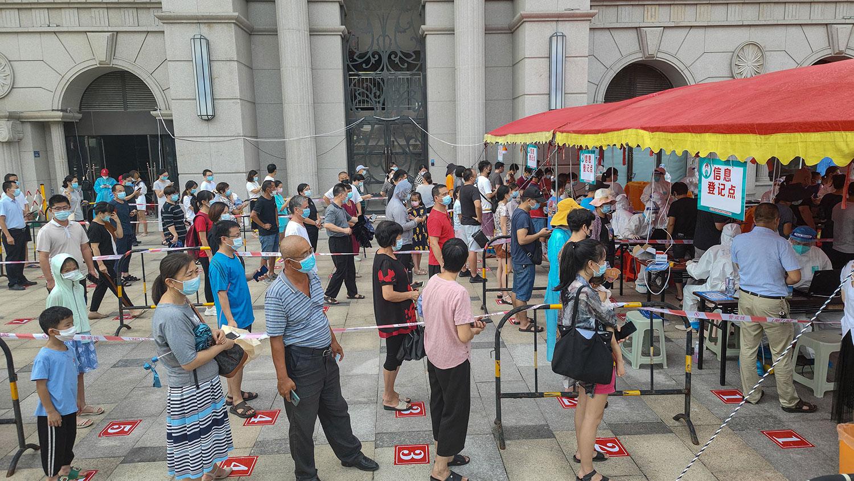 2021 年 9 月 14 日,福建省厦门市,居民排队接受核酸检测。 (法新社)