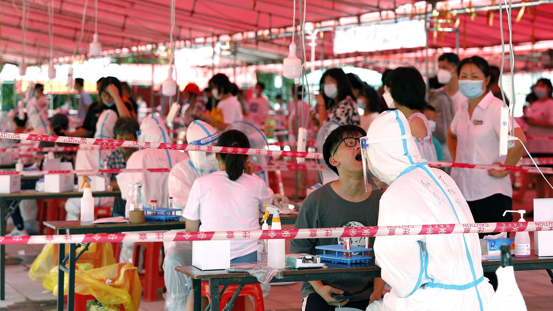 2021 年 9 月 14 日,福建省厦门市文化艺术中心内的一个检测点,医务人员为居民进行核酸检测。(路透社)