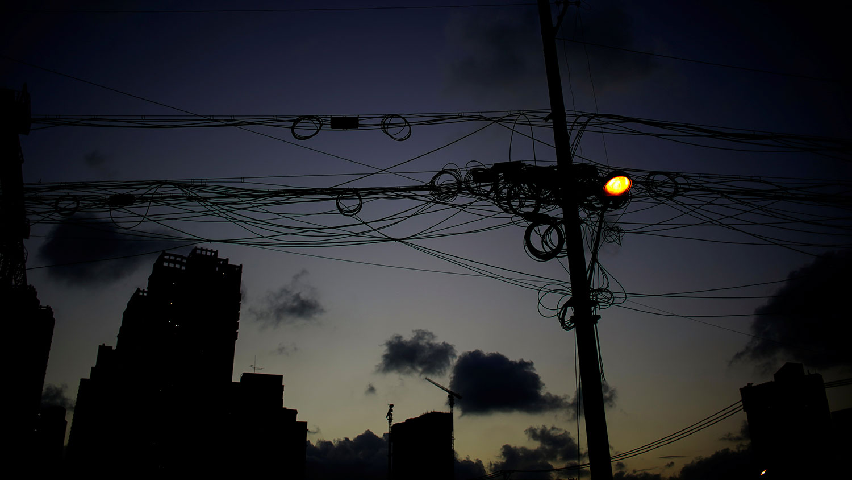 2021 年 10 月 9 日,上海晚上的路灯。(路透社)