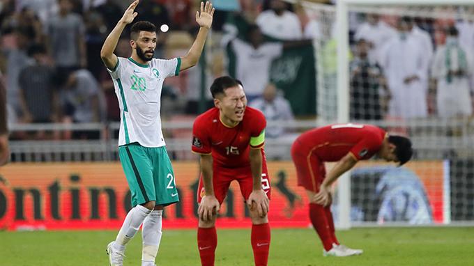 中国足球队(红色球衣)2021年10月13日在世界杯预赛中负于沙特阿拉伯队(美联社)
