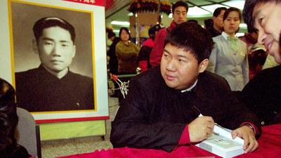 毛新宇2001年1月7日在北京为发行关于其伯父毛岸英的图书签名