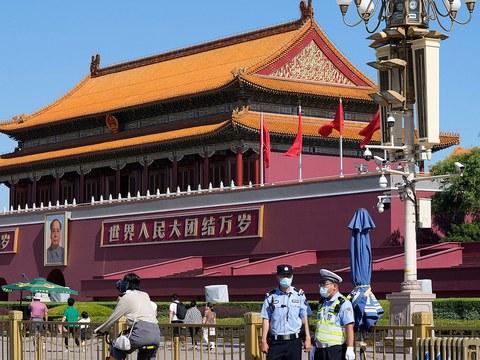 资料图片:2021 年 6 月 4 日,中国警察在天安门附近执勤。
