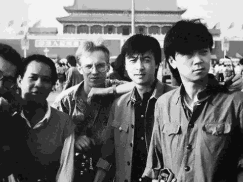图为八十年代的崔健(右一)。