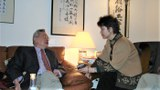 图为余英時先生(左)在与中国流亡知识人的小型座谈会上回答北明提问。摄于2007年1月6日美国汉学家林培瑞(Perry Link)家中。