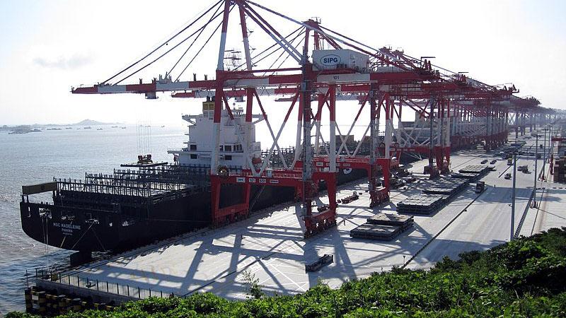 依托洋山深水港。陈良宇治下,上海港已发展为世界第一大货港以及世界第一大货柜港。图片源自英文维基百科的Marqueed, CC BY 3.0