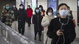 2020年3月6日在北京一座地铁站中戴着口罩的妇女(美联社)