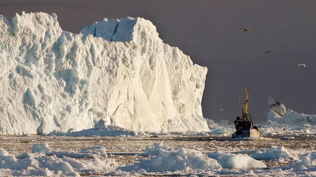 全球暖化加剧,冰封的北冰洋逐渐由白转蓝,航道开通背后却暗藏危机。