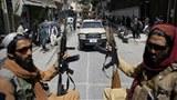 塔利班战士2021年8月19日在阿富汗首都喀布尔街道上巡逻