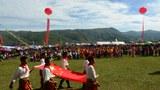 甲登慈善学校校庆活动中学生拉着中国国旗。