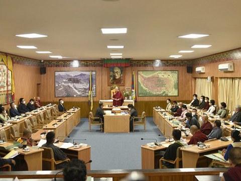 经过四个月的席位争议,在精神领袖达赖喇嘛的干预下,西藏流亡议会第十七届议会全体成员已根据西藏流亡宪章的条款宣誓就职。
