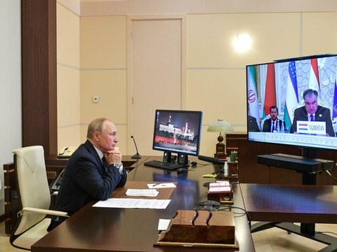 9月17日,上海合作组织成员国元首理事会第21次会议在在塔吉克斯坦首都杜尚别举行。图为俄国总统普京通过视频参与会议。
