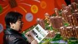 一名妇女正在观看上海的一场房地产展览