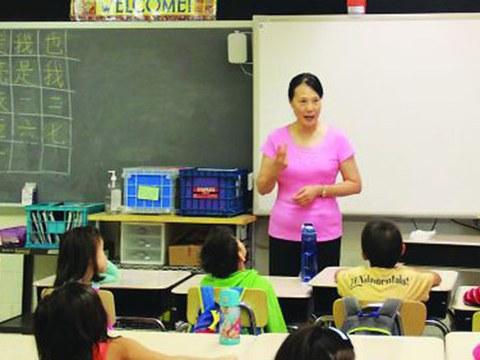 美国的一所中文学校老师在上课。